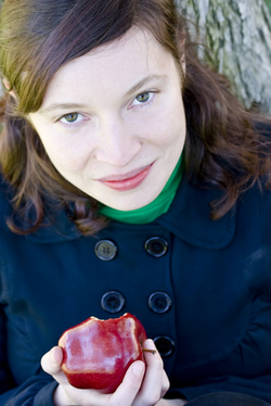 woman eating apple